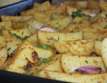 Aromatyczne i chrupiące ziemniaki z piekarnika