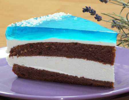 Białkowe ciasto ze śmietanką i niebieską galaretką