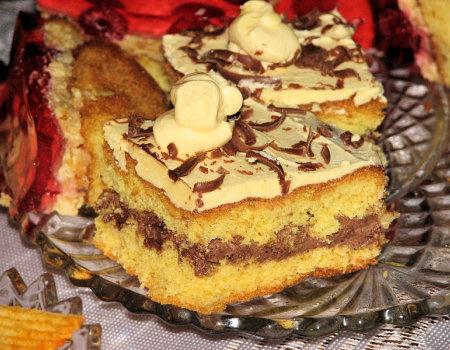 Biszkopt z maślanym kremem i czekoladą