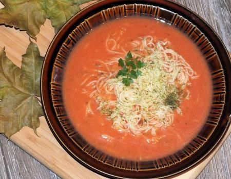 Błyskawiczna zupa pomidorowa z makaronem