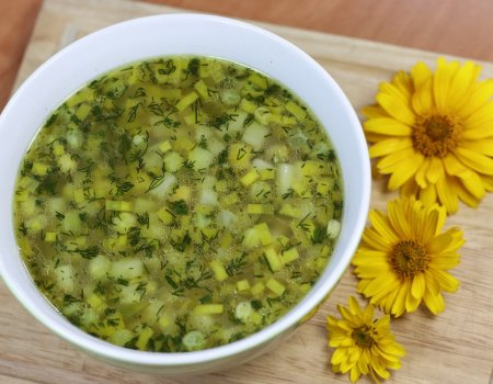Błyskawiczna zupa ze świeżego zielonego groszku