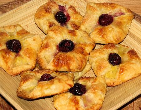 Ciastka francuskie z ananasem i wiśnią