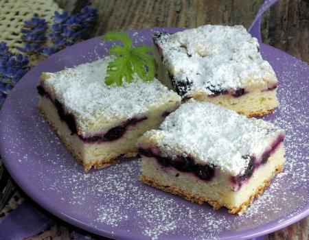 Ciasto drożdżowe z aronią i kruszonką