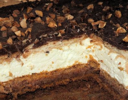 Ciasto marchewkowo-dyniowe ze śmietanką, polewą i orzeszkami