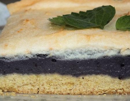 Ciasto z budyniowo-jagodową masą i delikatną pianką