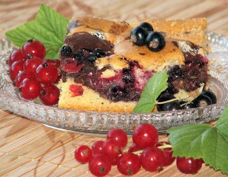 Ciasto z czerwonymi i czarnymi porzeczkami