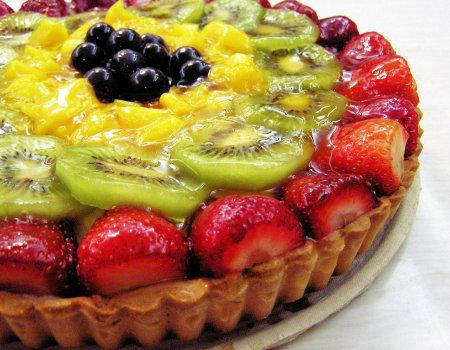 Co należy zrobić przed dodaniem do ciasta miękkich owoców?