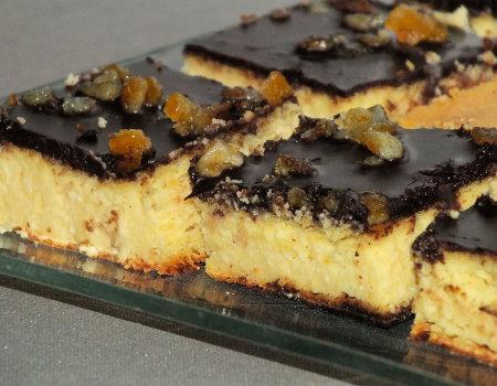 Delikatny sernik waniliowy w polewie czekoladowej