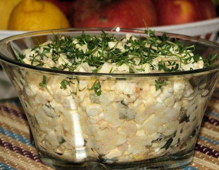 Dietetyczna sałatka z wędzonego łososia i wiejskiego serka