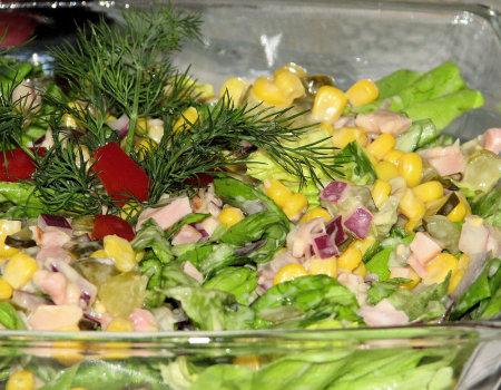 Dietetyczna sałatka z zielonej sałaty i wędzonego kurczaka