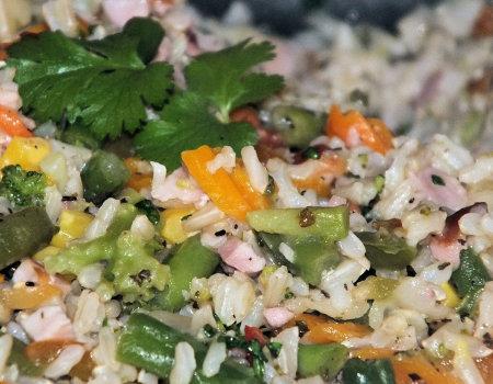 Dietetyczne danie ryżowe z warzywami i wędzonym kurczakiem