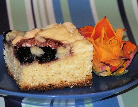 Drożdżowe ciasto z dżemem, bezą i słodką posypką