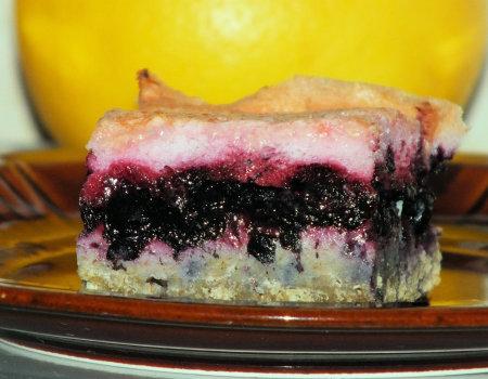 Gryczane ciasto z jagodami i wiśniową pianką