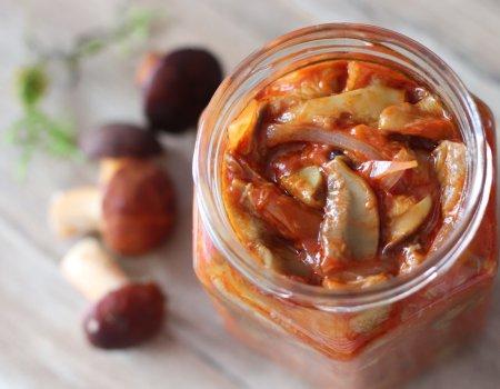 Grzyby z cebulą w przecierze pomidorowym