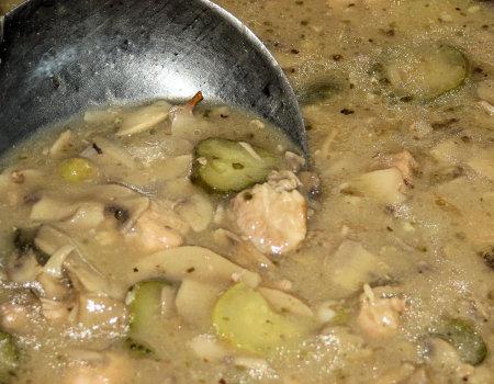 Gulasz wieprzowy z pieczarkami i konserwowymi ogórkami