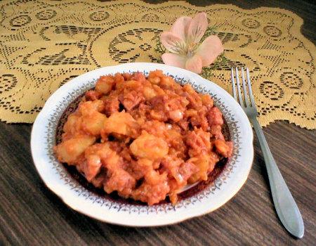 Gulasz z kiełbasy i ziemniaków