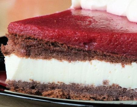 Jogurtowo-truskawkowe ciasto na biszkopcie