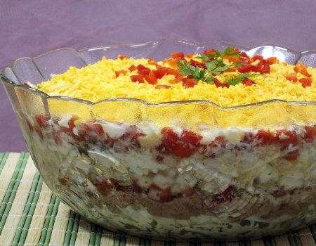 Kolorowa i warstwowa sałatka z tuńczykiem i kapustą pekińską