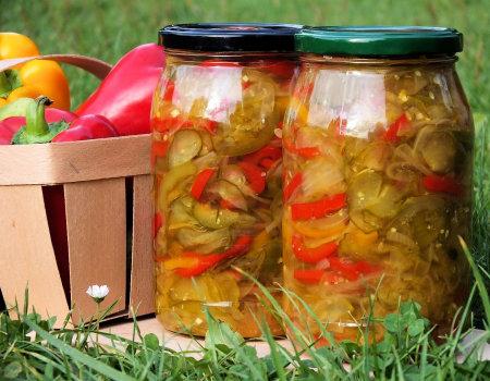 Kolorowa sałatka z ogórków i papryki