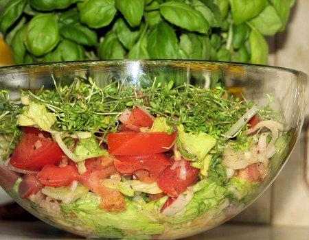 Kolorowa surówka z zielonej sałaty i rzeżuchy