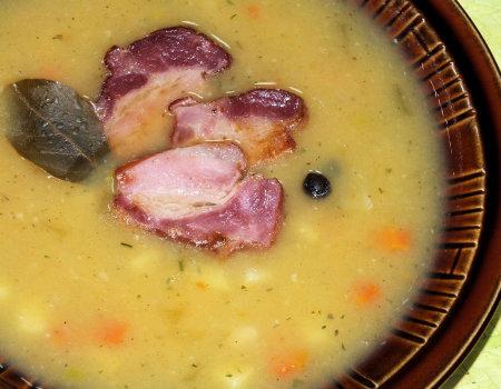 Kremowa jarzynowa zupa z plasterkami boczku