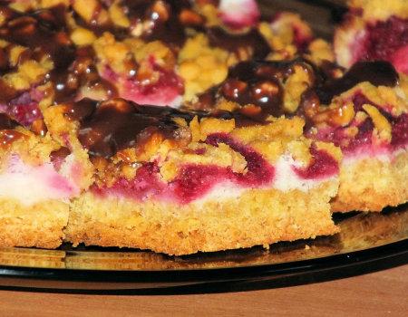 Kruche ciasto z masą piankową i malinami