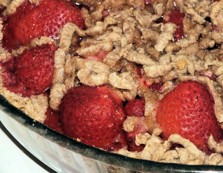 Kruche pełnoziarniste ciasto z mrożonymi truskawkami