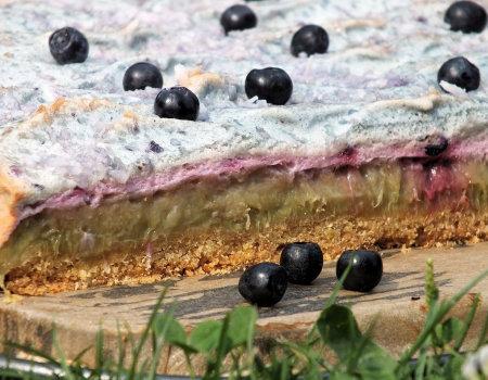 Kruche rabarbarowe ciasto z jagodową pianką