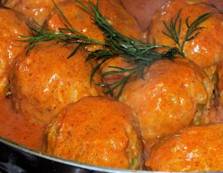 Kulki ryżowe z mięsem w pomidorowym sosie