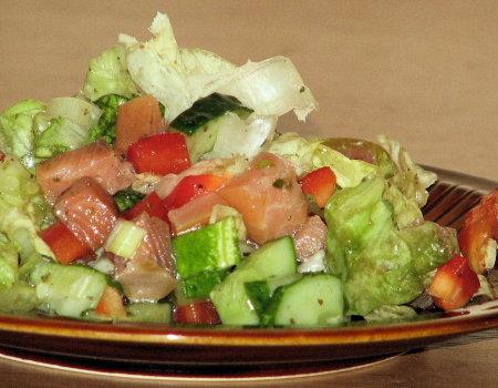 Lekka i zdrowa sałatka z łososiem