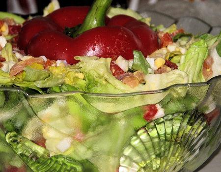 Lekka sałatka z zielonej sałaty i łososia