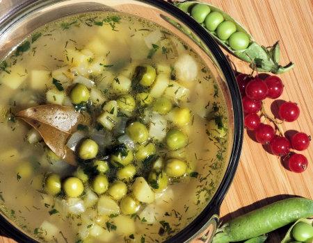 Lekka zupa ze świeżego zielonego groszku