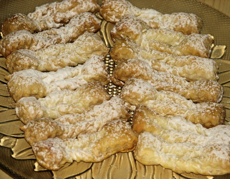 Lekkie faworki z ciasta francuskiego