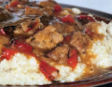 Łopatka wieprzowa z cebulą i czerwoną papryką w sosie