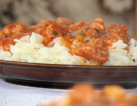 Makaron z mięsem mielonym w sosie pomidorowym