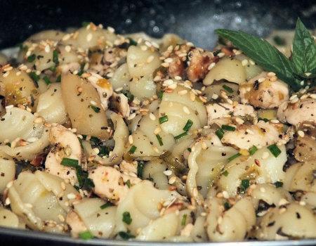 Makaronowe danie z kurczakiem i białymi szparagami