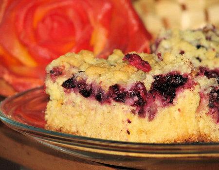 Maślankowe ciasto z czerwonymi i czarnymi porzeczkami