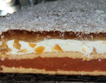 Miękkie brzoskwiniowe ciasto z galaretką