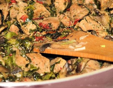 Mięsna potrawka z pieczarkami i kapustą włoską