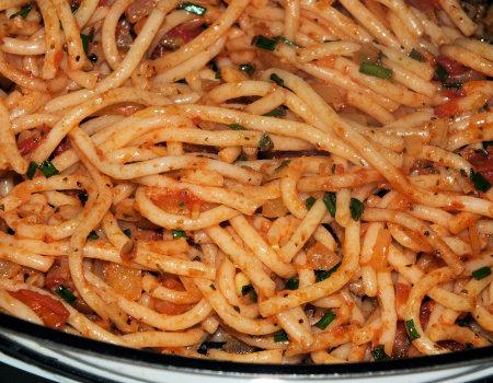 Pełnoziarnisty makaron w pomidorowo-cebulowym sosie