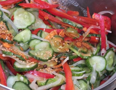 Pikantna ogórkowa sałatka z papryką