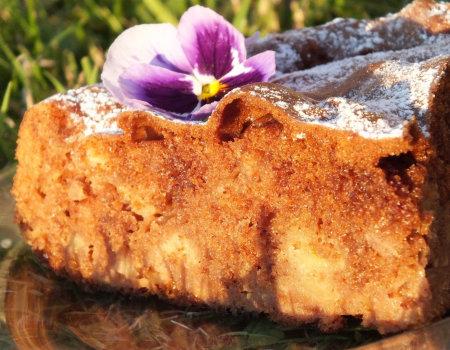 Puszyste kakaowe ciasto z jabłkami