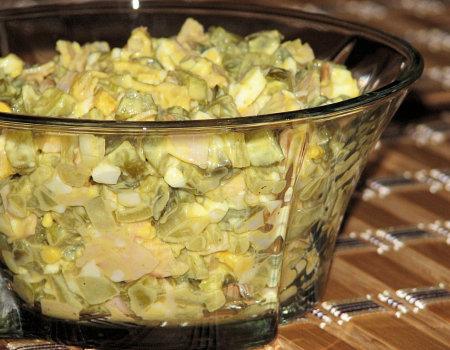 Pyszna i delikatna sałatka z konserwowych ogórków