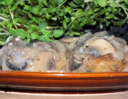 Razowe kotlety mielone w pieczarkowym sosie