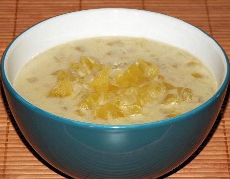 Rozgrzewająca zupa dyniowa z cebulą, czosnkiem i imbirem