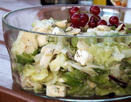 Sałatka do grilla z sałaty, pieczarek i sera Feta