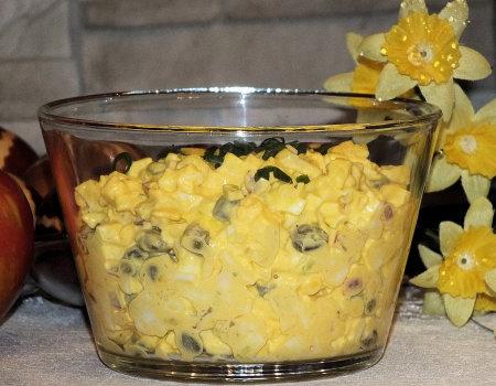 Sałatka jajeczna z kaparami i rzodkiewką