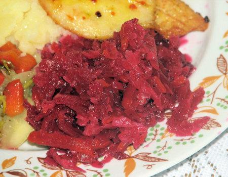 Sałatka obiadowa z czerwonych buraków i białej kapusty