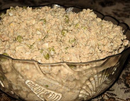 Sałatka ryżowa z tuńczykiem i zielonym groszkiem
