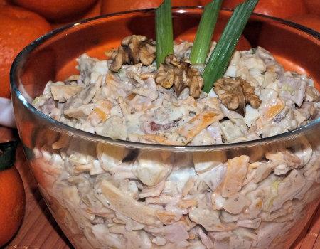 Sałatka serowa z szynką, orzechami i owocami